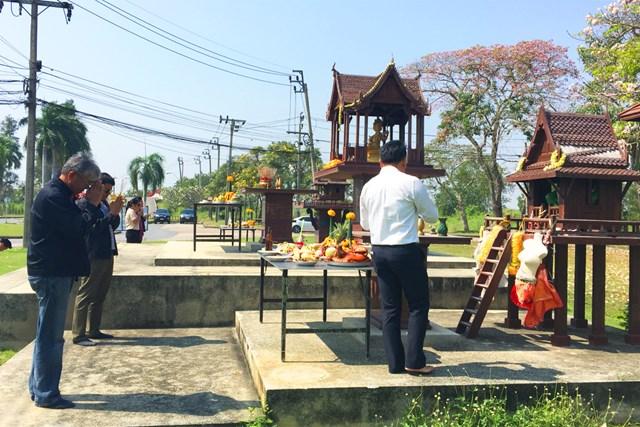 コース内にある祠に関係者たちが作業の無事を祈る
