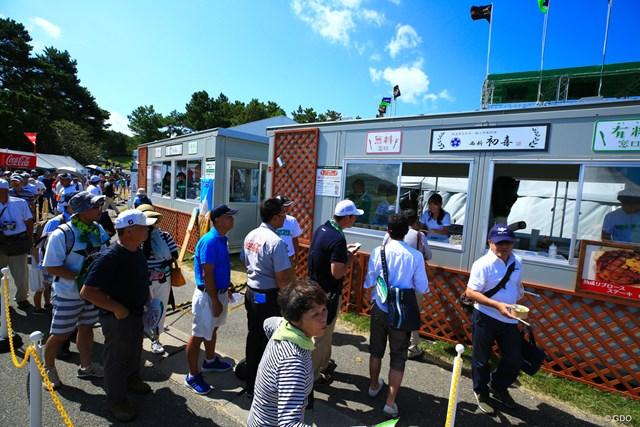 2018年 RIZAP KBCオーガスタゴルフトーナメント 2日目 食べ放題 長蛇の列…ギャラリープラザのフードコーナーでは、食べ放題企画で盛り上がっている