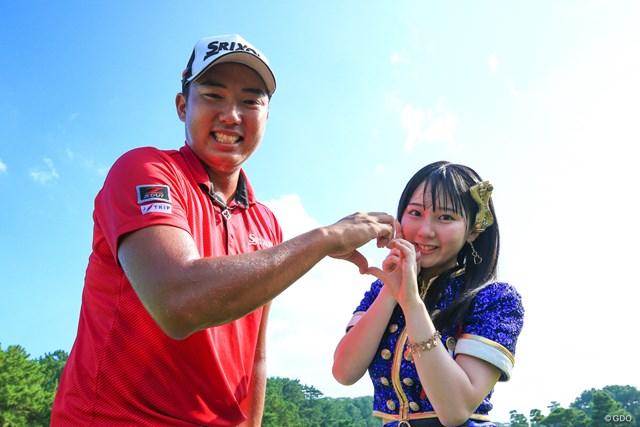 """首位タイで3日目を終えた出水田大二郎。ラウンド後のイベントに登場した""""みくりん""""ことHKT48の田中美久との2ショットに大喜び"""
