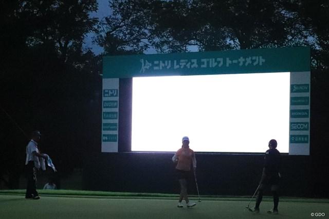 有村智恵(右)ら最終組は日没後もプレーした