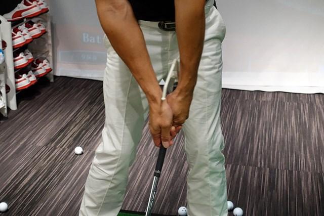 グリップエンドに装着した器具が左腕に触れるようセットし、キープしたまま振る