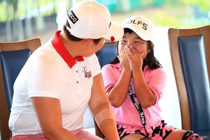 「世界ジュニアゴルフ選手権」6歳以下の部・女子優勝の弥勒ちゃん。恥ずかしいのかな 2018年 ゴルフ5レディス プロゴルフトーナメント 最終日 須藤弥勒