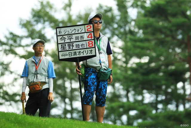 「キャリングボード」のボランティアをした粳田信一さん(右)