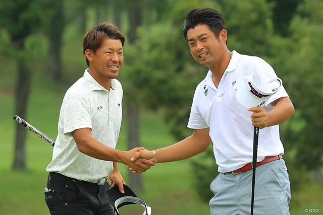 池田勇太(右)は同郷の後輩・木下裕太に勝利。笑顔で健闘をたたえ合った