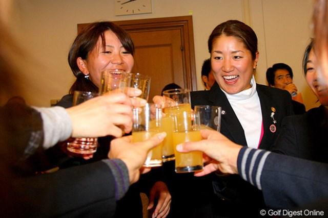 2009年 LPGA新人戦 最終日 藤本麻子 大会の成功と藤本麻子の勝利を祝し、ジュースで乾杯!