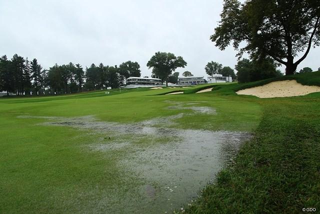 降り続く雨によりコースには水たまりも。大会最終ラウンドは順延になった