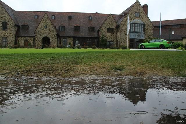 クラブハウス前にも水たまり。雨が止むことはなかった