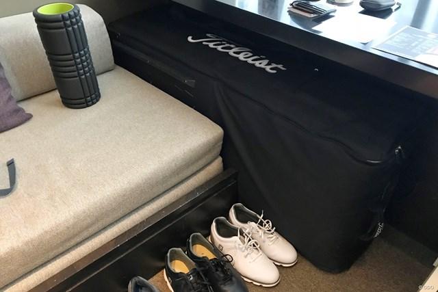 奥にあるタイトリストのキャディバッグ用のバッグ。この中に靴も入ります