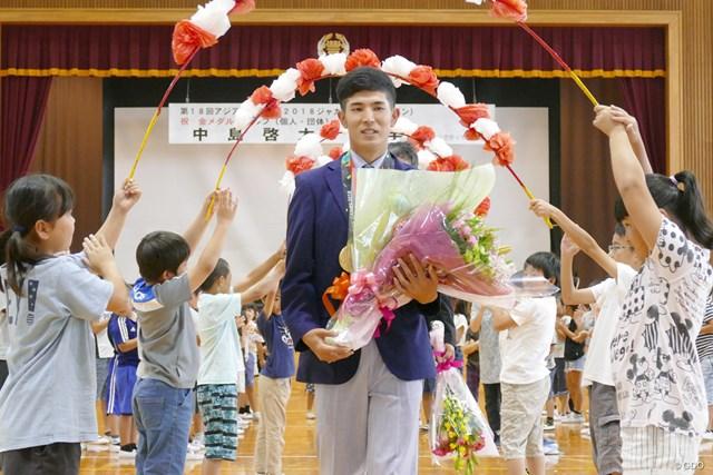 加須市立豊野小学校で後輩たちに祝福される中島啓太