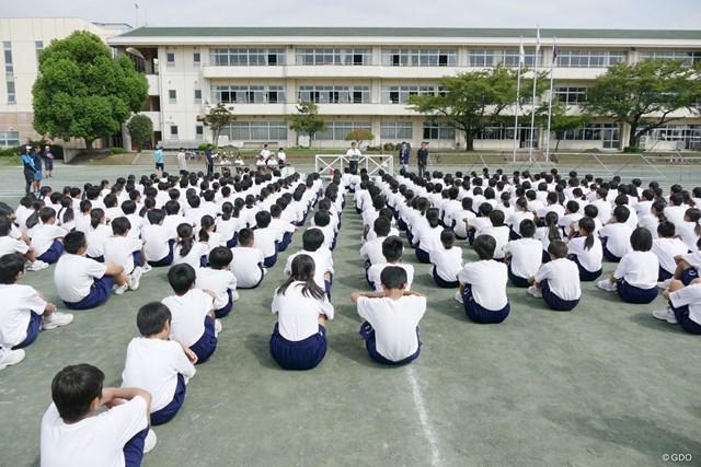 きっちりと整列して母校の先輩見守る大利根中学校の生徒たち