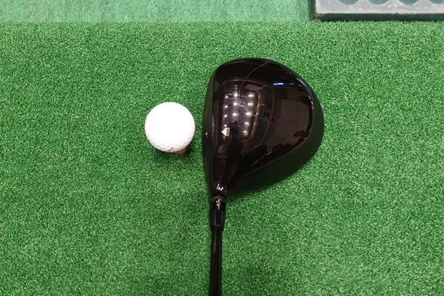 投影面積の大きいシャローなヘッド形状で、いかにも球が曲がりにくそうな印象