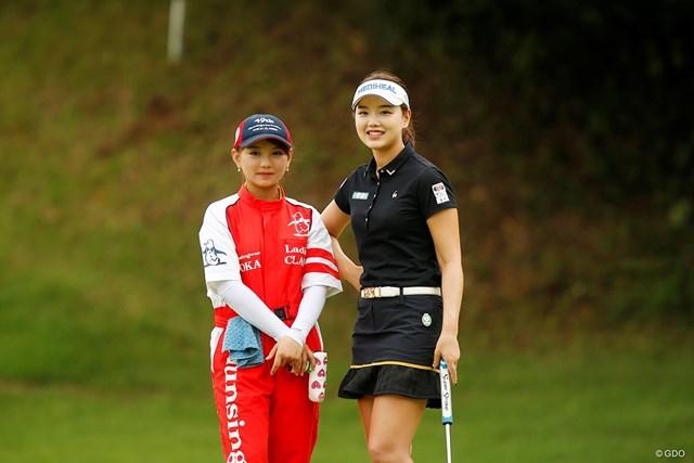 セキ・ユウティン(右)とキャディを務めた妹のセキ・ユウリ。姉妹コンビで初優勝に突き進む