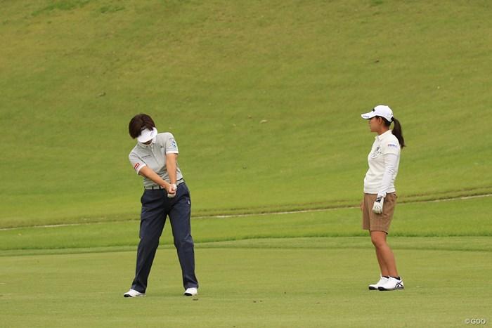 プロアマ中、LPGAの小林浩美会長から熱心に指導を受ける横峯さくら 2018年 マンシングウェアレディース東海クラシック 事前 横峯さくら
