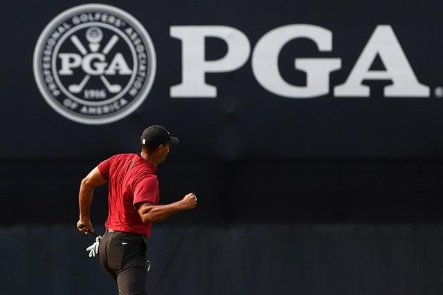2018年 全米プロゴルフ選手権 タイガー・ウッズ 2018年「全米プロ」最終日。ウッズは最終ホールのバーディにガッツポーズを見せた(Jamie Squire/Getty Images)