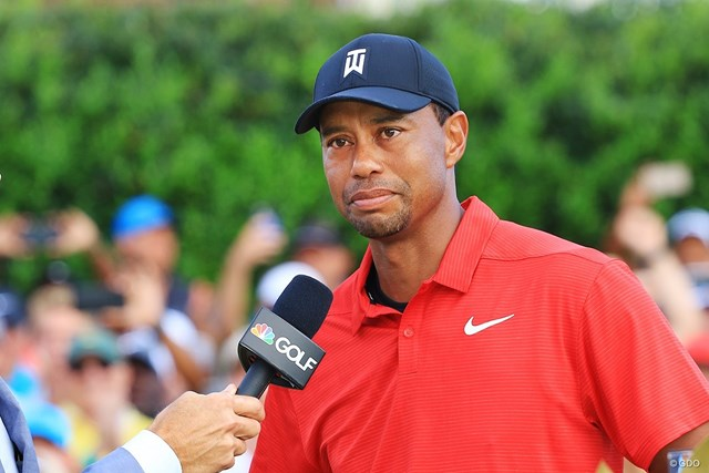 タイガー・ウッズは涙をこらえながら優勝インタビューに答えた