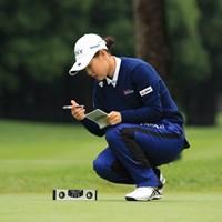 水平器を使ってグリーンの傾斜を測る吉田優利 2018年 日本女子オープンゴルフ選手権競技 事前 吉田優利