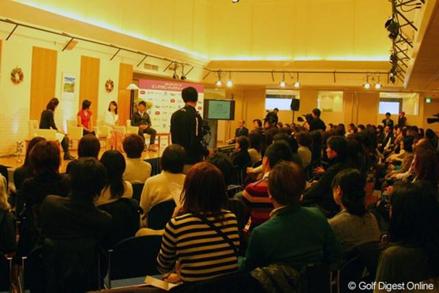 ゴルフネットワーク ピンクリボン チャリティトーク2009 トークショー 上原彩子、東尾理子、矢野東のトークショーに200名を越える来場者が集まった