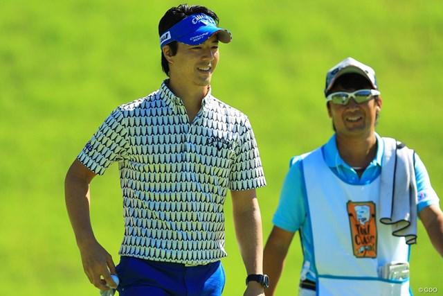 石川遼(左)は32位タイで雨予報の決勝ラウンドに進む