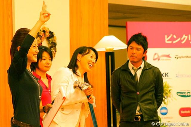 ゴルフネットワーク ピンクリボン チャリティトーク2009 東尾理子 愛用のクラブを出品した東尾理子は「このクラブだと良く飛びますよ」とアピール