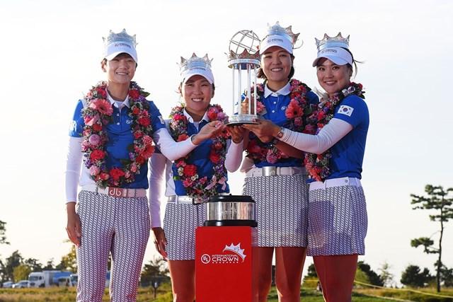初優勝を飾った韓国チーム。(左から)パク・ソンヒョン、キム・インキョン、チョン・インジ、ユ・ソヨン(Atsushi Tomura/Getty Images)
