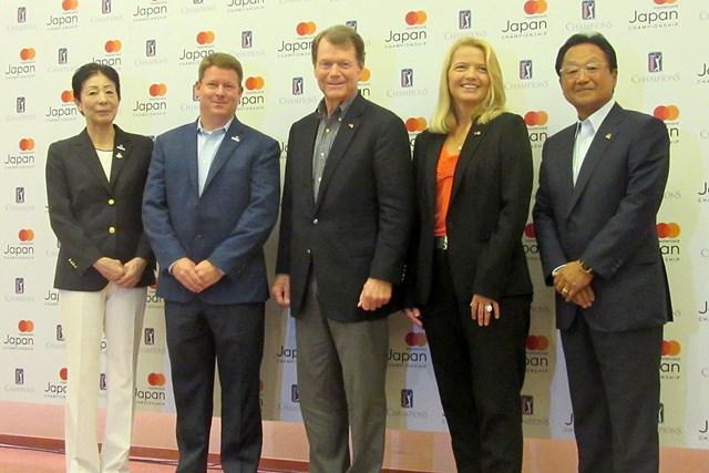 会見に出席したトム・ワトソン(写真中央)。2年ぶりの米シニアツアー日本開催を歓迎した