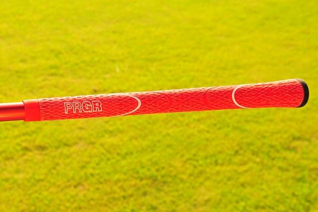 新製品レポート「プロギア GN502 TOUR 440 ドライバー」NO.7 赤いグリップが装着されている