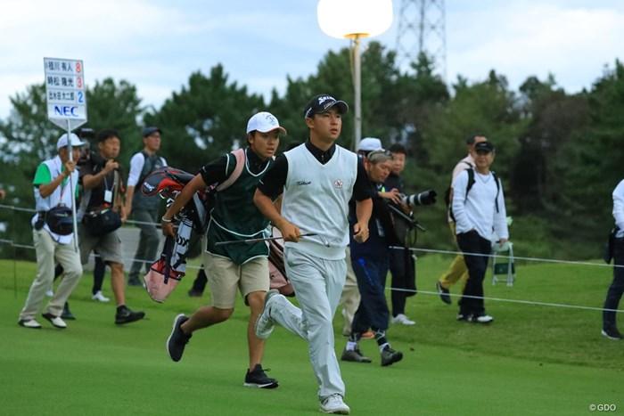 迫る日没、走れっ! 2018年 日本オープンゴルフ選手権競技 2日目 桂川有人