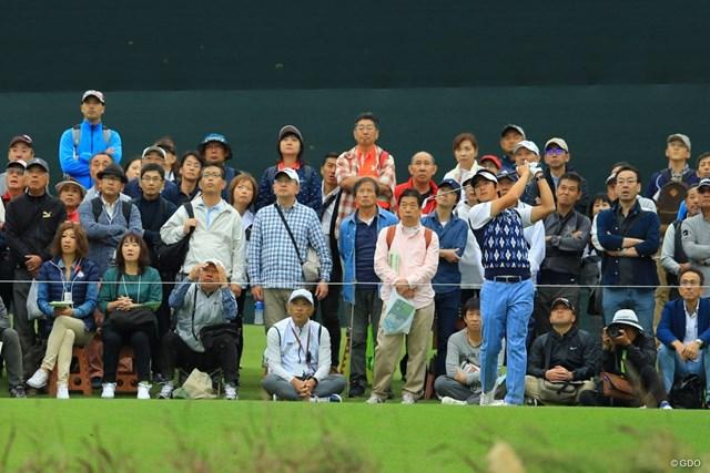 2018年 日本オープンゴルフ選手権競技 3日目 石川遼 練習を続ける石川を見つめる観客のためにギャラリーバスの最終便が延発された