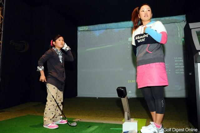 カオリンの大ファンで、東京から家族5人で車で駆けつけたという猪飼美愛(ミア)ちゃん(9歳)に、「将来一緒にトーナメントに出ようネ」と、熱烈レッスン!