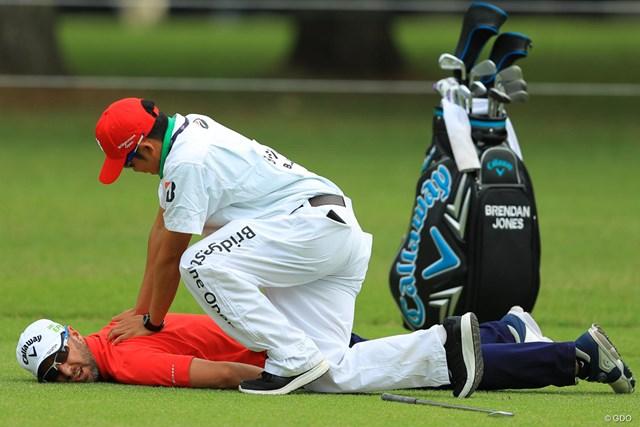 2018年 ブリヂストンオープンゴルフトーナメント 初日 ブレンダン・ジョーンズ BJ?BJ!大丈夫か???グリーンが空くのを待ってる間にまさかのマッサージタイム。間違いなく今日イチの写真です。