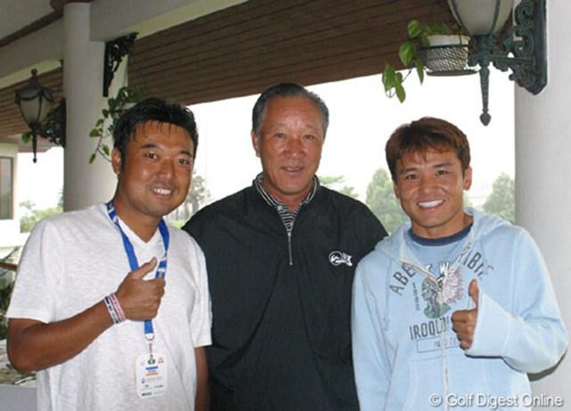 ダイナスティカップ開催地に到着した日本チームの青木功キャプテンと丸山茂樹、片山晋呉
