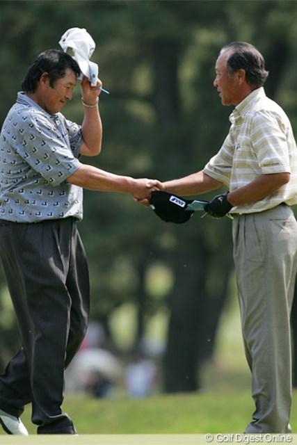 10年ぶりに出場した青木功(右)とホールアウト後に握手を交わすジャンボ尾崎