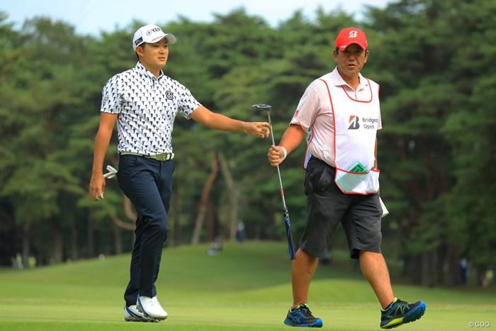 今平周吾(左)と柏木一了キャディ 2018年 ブリヂストンオープンゴルフトーナメント 2日目 今平周吾