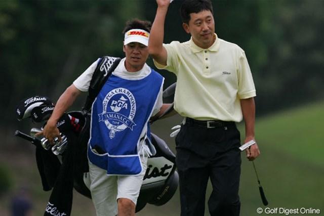 2005年 日本プロゴルフ選手権大会 3日目 S.K.ホ 18ホール終了後、観客の声援に応えるS.K.ホ