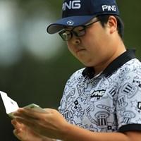 勉強しているように見えなくもない。 2018年 ブリヂストンオープンゴルフトーナメント 3日目 ハン・ジュンゴン