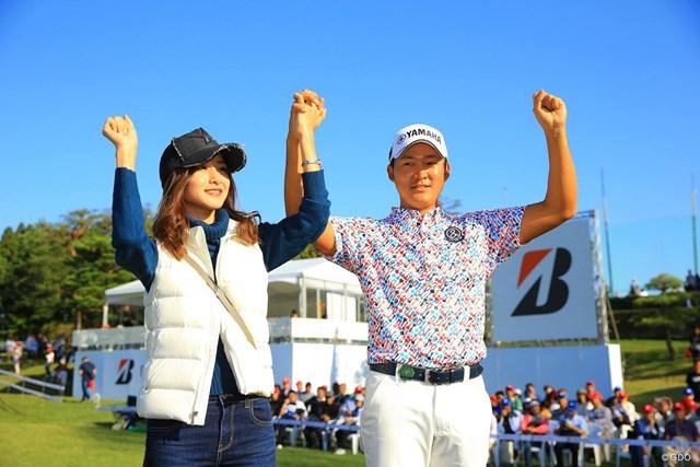 婚約者の若松菜々恵さん(左)と喜ぶ今平周吾