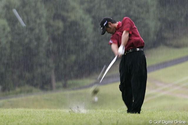 雨の中、4ストローク伸ばし3アンダーで首位タイに浮上した伊沢利光