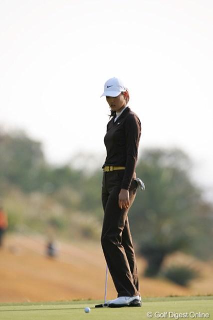 2005年 カシオワールドオープンゴルフトーナメント 2日目 ミッシェル・ウィ 最終18番、1メートル強のパーパットを外しボギー。結果的には、この1打が大きく明暗を分けたミッシェル・ウィ
