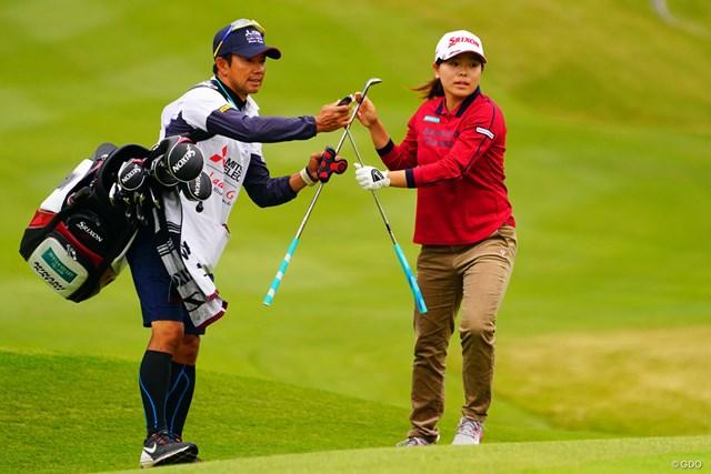 2018年 樋口久子 三菱電機レディスゴルフトーナメント 初日 「69」で初日を終えた勝みなみ(右)