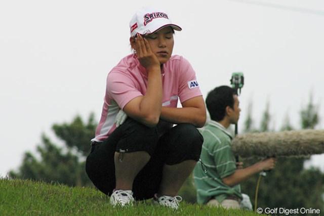 2005年 サロンパスワールドレディスゴルフトーナメント 最終日 横峯さくら 17番パー5のセカンド地点、前の組が終わるまで一休みする横峯さくら