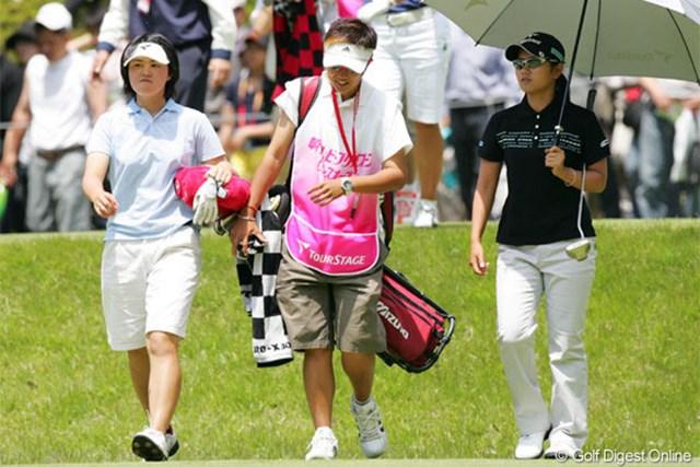2005年 中京テレビ・ブリヂストンレディスオープン 2日目 諸見里しのぶ 宮里藍 首位を死守した諸見里(左)。今回欠場している古閑選手の専属キャディを務める土田(中央)。プレーに精彩を欠き3位に後退した宮里(右)
