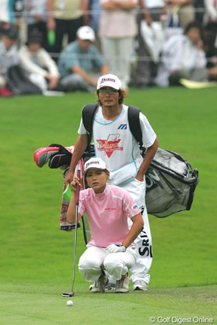 2005年 ベルーナレディースカップゴルフトーナメント 最終日 横峯さくら 横峯さくらとキャディを務める五町達也。最終日に猛チャージをかけ息も合ってきた様子