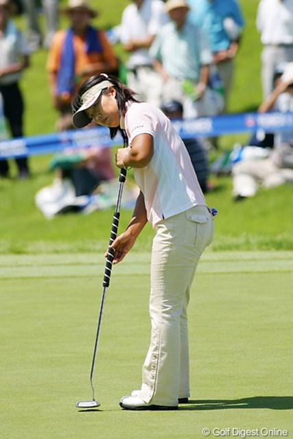 2005年 ヨネックスレディスゴルフトーナメント 2日目 米山みどり 長尺パターを使用し首位を奪取した米山みどり。師匠である伊沢利光をマネたとのこと