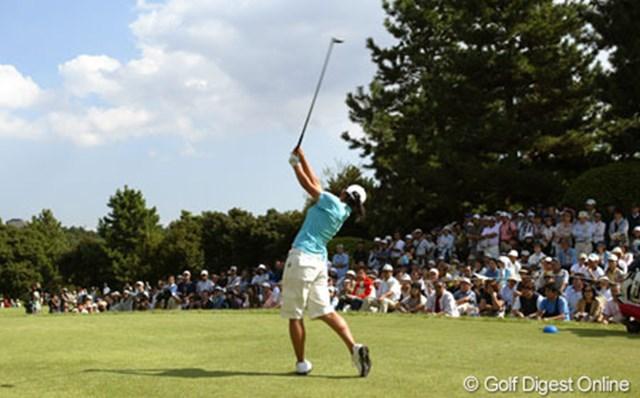 2005年 日本女子オープンゴルフ選手権競技 初日 宮里藍 初日(木曜日)というのに、このギャラリー数!もちろん一番人気は宮里藍でした。