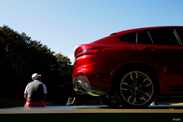 赤い車と赤いパンツ