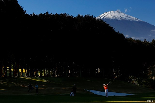 雄大な富士をバックにプレーする秋吉翔太