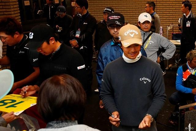 選手会長の石川遼らが、サスペンデッドを受けて即席サイン会を実施した