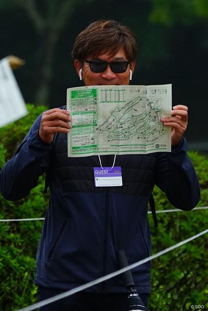 2018年 伊藤園レディスゴルフトーナメント 初日 塚田好宣 音楽を聴きながら、ペアリングとにらめっこする怪しげなギャラリーは塚田プロです。