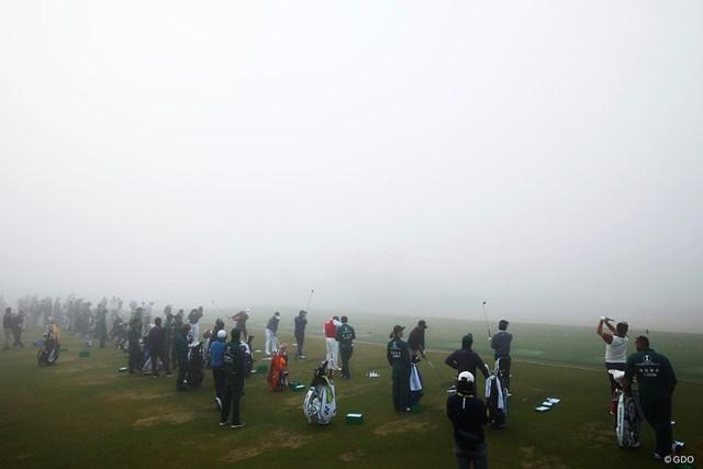 2018年 三井住友VISA太平洋マスターズ 3日目 ドライビングレンジ 濃霧に包まれた早朝のドライビングレンジ