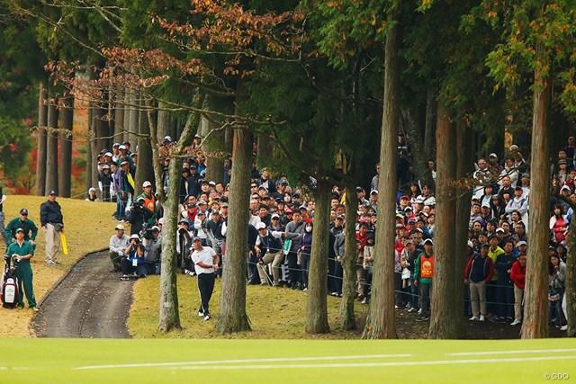 18番の第2打で木の間からグリーンをとらえた松山英樹